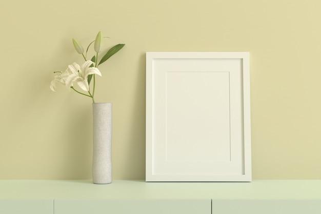 Leerer weißer bilderrahmen zum einfügen von text oder bild innen mit weißer blume in hellgelbem raum.