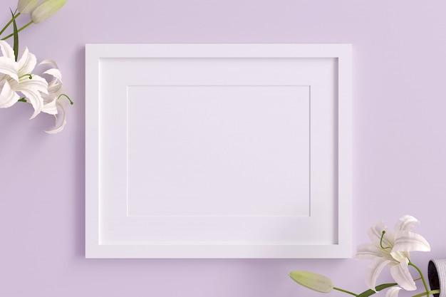Leerer weißer bilderrahmen zum einfügen von text oder bild mit weißer blume auf violetter pastellfarbe.