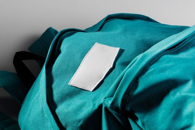 Leerer weißer fleck auf blauem rucksack