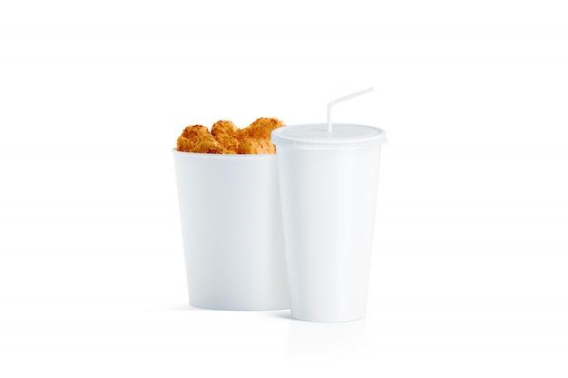 Leerer weißer lebensmitteleimer und tasse mit strohhalm