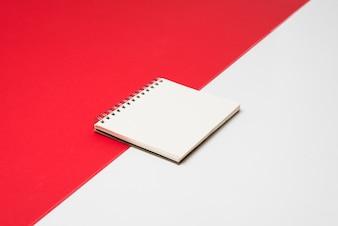 Leerer weißer Notizblock auf Tabelle