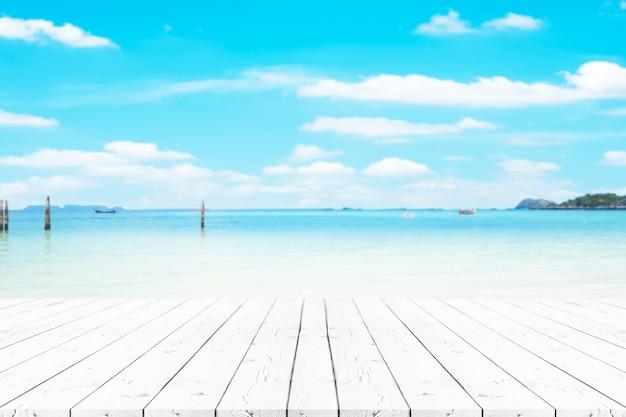 Leerer weißer perlenholztisch der perspektive auf die oberseite über unschärfehintergrund, kann verwendet werden, um für montageproduktanzeige oder entwurf zu verspotten.