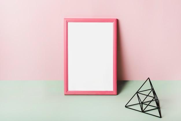Leerer weißer rahmen mit rosa rand gegen rosa hintergrund