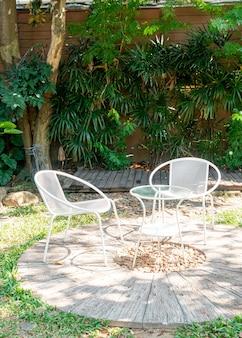 Leerer weißer stuhl im garten