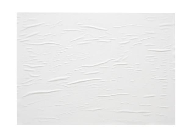 Leerer weißer zerknitterter und zerknitterter papieraufkleber oder plakatbeschaffenheit lokalisiert auf weißem hintergrund