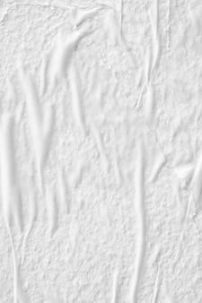Leerer weißer zerknitterter zerknitterter zerrissener papierplakattexturoberflächenhintergrund