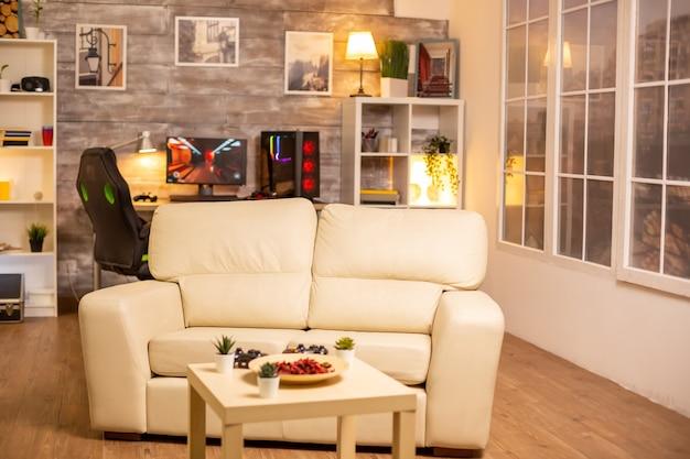 Leerer wohnzimmerinnenraum mit einem pc im hintergrund.