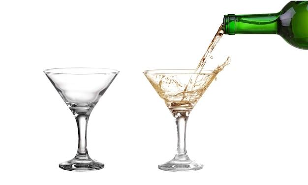 Leeres alkoholglas isoliert auf weiß