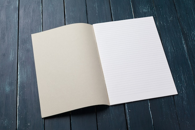 Leeres anmerkungsbuch auf tabelle, draufsicht