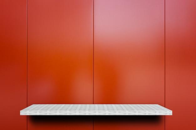 Leeres anzeigenregal auf shiney-roter metallplatte