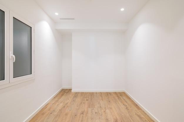 Leeres apartmentzimmer mit holzboden in einer neuen wohnung zu vermieten