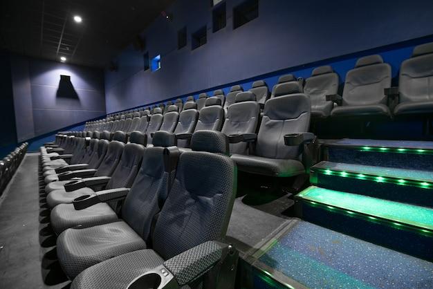 Leeres auditorium des kinos mit sitzen