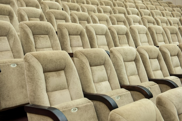 Leeres auditorium mit beigen stühlen, theater oder konferenzsaal.