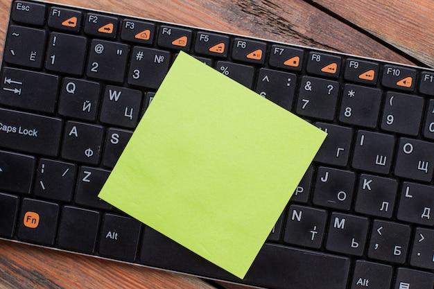 Leeres aufkleberpapier auf einer pc-tastatur. draufsicht flach.