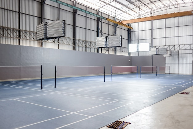 Leeres badmintongericht mit scheinwerferlicht