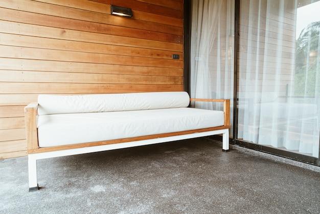 Leeres banksofa oder schlafsofa auf dem balkon zum entspannen