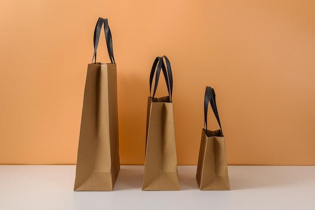 Leeres bastelpaket oder einkaufstasche aus braunem papier mit griffen