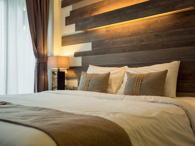 Leeres bett im luxuriösen und natürlichen schlafzimmer