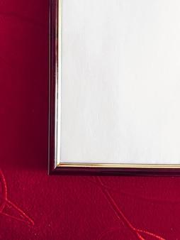 Leeres bilderrahmendetail auf rotem hintergrund luxuswohnkultur und innenarchitekturplakatdruck und ...