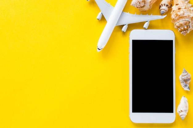 Leeres bildschirm-smartphone, dekoratives flugzeug und muscheln, vorlage für app-präsentation.