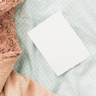 Leeres blatt papier auf dem bett