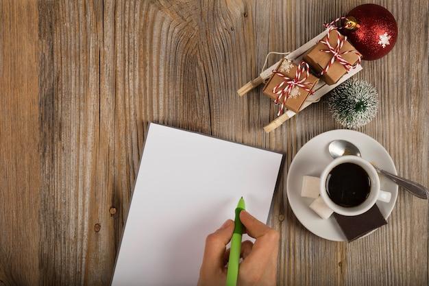 Leeres blatt papier mit stift winterurlaub hintergrund freier platz für einen text