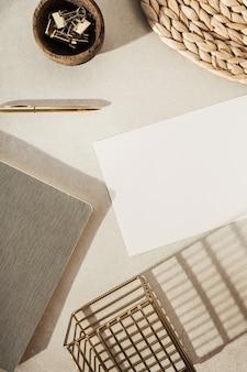 Leeres blatt papier, notizbücher, dekorationen auf beigem beton