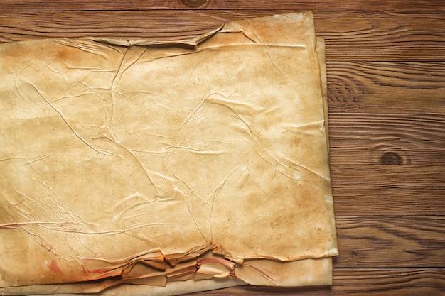 Leeres blatt zerknittertes papier, fertiges hintergrundlayout