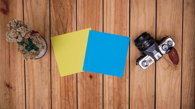 Leeres blaues und gelbes papier für zitate