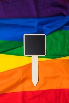 Leeres brett auf regenbogenflagge