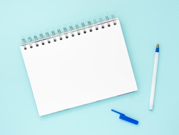 Leeres briefpapier auf blauem hintergrund