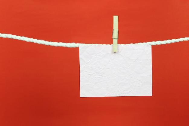 Leeres briefpapier hängt an der wäscheleine.