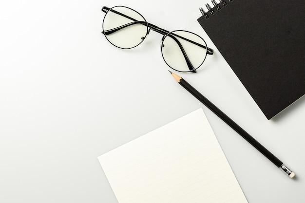 Leeres briefpapier und büroartikel auf grauem schreibtisch.