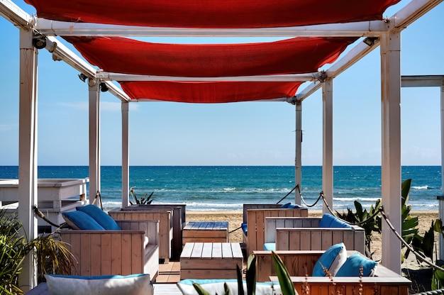 Leeres café an einem strand an einem sonnigen tag