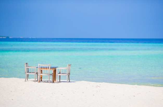 Leeres café des sommers im freien in exotischer insel im indischen ozean