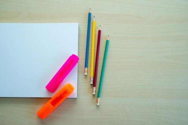 Leeres einfaches notizbuch draufsicht leer designkonzepthintergrund für modellbuchseite mit stationärem leerem einfachem notizbuch