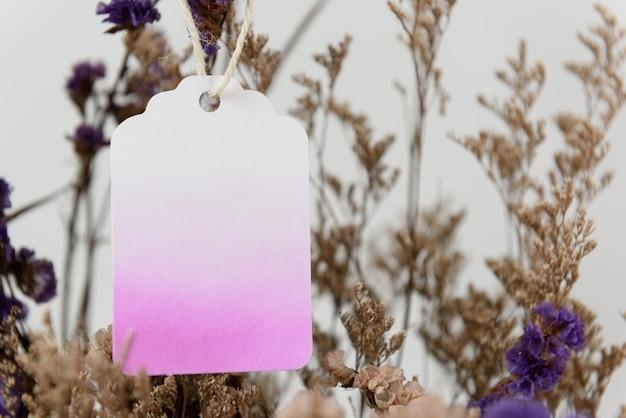 Leeres etikett auf schönem getrockneten blumenstrauß