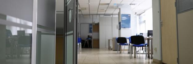 Leeres firmenbüro in der zeit der nahaufnahme der coronavirus-quarantäne