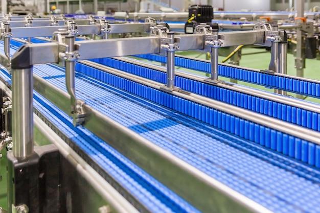 Leeres förderband der produktionslinie, teil einer industrieanlage