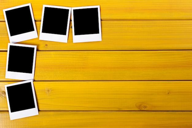 Leeres foto druckt auf einer tabelle