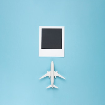 Leeres foto mit spielzeugflugzeug