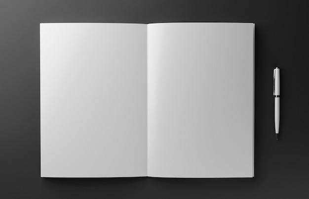 Leeres fotorealistisches buch lokalisiert auf rotem hintergrund, 3d-illustration.