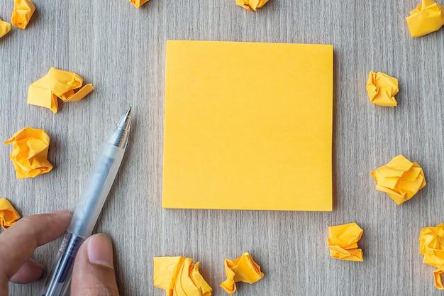 Leeres gelbes briefpapier mit geschäftsmannbehälter