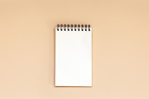 Leeres gewundenes notizbuch auf tabelle.