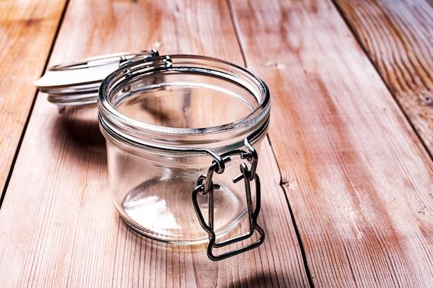 Leeres glas auf einem weißen holzbrett