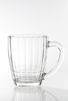 Leeres glas fassbier lokalisiert auf weißem hintergrund