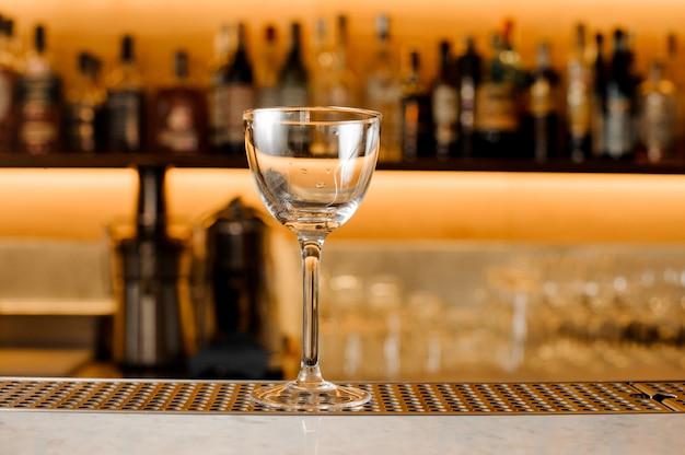 Leeres glas für alkoholisches getränk auf der theke