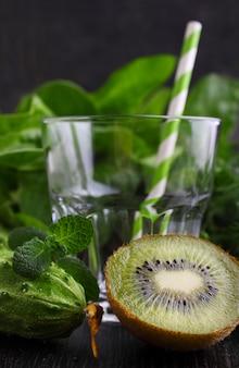 Leeres glas für smoothies aus grünem gemüse und spinat