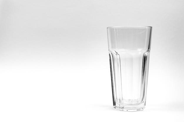 Leeres glas isoliert auf weißem silbernem hintergrundfoto mit kopienraum