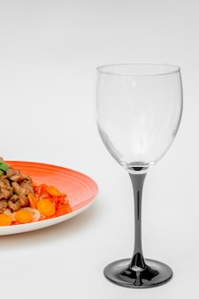 Leeres glas und ein teller mit essen